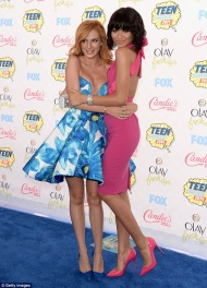 Bella Thorne et Zendaya sur le tapis bleu des Teen Choice Awards.
