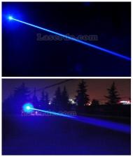Ein Lichtstrahl,der Licht laserpointer blau 10000mw Laserleistung ist extrem mächtig und beeindruckend.
