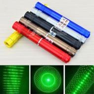 http://www.lazerpuissant.com/10000mw/product-13.html ,Ce laser stylo  est actuellement notre laser le plus puissant. Il n'est recommandé qu'en extérieur et conviendra parfaitement pour un usage astronomique, son faisceau étant particulièrement visible de nuit. Pointeur Laser Vert très puissant. Très-très longue distance. Le laser vert est environ 5 fois plus puissant que le laser rouge.