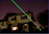 http://www.achatlaser.com/stylo-laser-vert-400mw-puissant.html Ce stylo laser vert 400 mW est un laser extrêmement puissant, dont le faisceau est très visible, de jour comme de nuit. Son faisceau de 400 mW particulièrement lumineux le rend très adapté en extérieur. Il est alors recommandé pour un usage astronomique pour pointer les ciels étoilés ou étonner vos amis.
